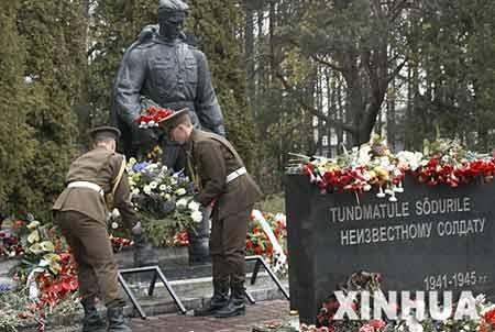 5月8日,在爱沙尼亚首都塔林,两名爱沙尼亚士兵向苏联红军解放塔林纪念碑战士铜像献花,爱沙尼亚总理安西普、国防部长阿维克索等官员出席了献花仪式。