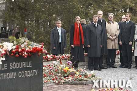 5月8日,在爱沙尼亚首都塔林,爱沙尼亚总理安西普(前左二)、国防部长阿维克索(前左三)出席向苏联红军解放塔林纪念碑战士铜像的献花活动。