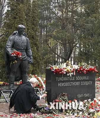 5月8日,在爱沙尼亚首都塔林,一名妇女向苏联红军解放塔林纪念碑战士铜像献花。