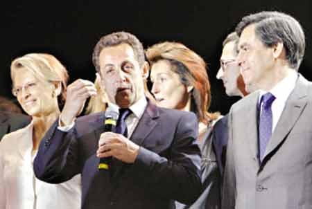 胜利当选后,萨科齐(左二)和可能提任总理的弗朗索瓦·菲永(右一)在一起。