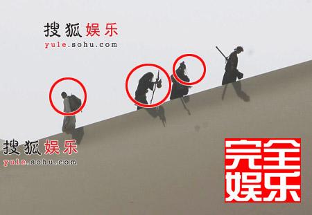"""李连杰、成龙、刘亦菲组成的""""取经图""""(从左至右)"""