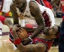 图文:[NBA]网VS骑士  詹姆斯倒地拼抢
