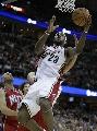 图文:[NBA]网VS骑士  詹姆斯飞身上篮