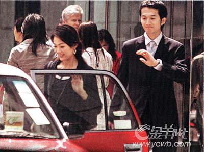 辗转多时上班,与西装友共进午餐   据香港记者调查发现,林莉在早上图片