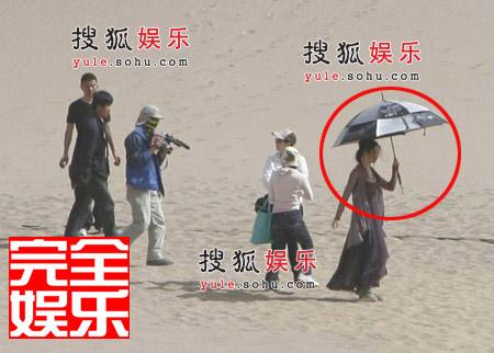 烈日当空,刘亦菲很注重防晒