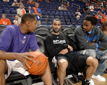 图文:[NBA]太阳VS马刺 迪奥与帕克交谈