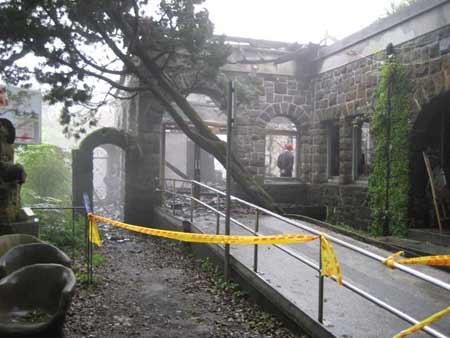 """2007年4月7日,""""草山行馆""""遭焚毁。"""