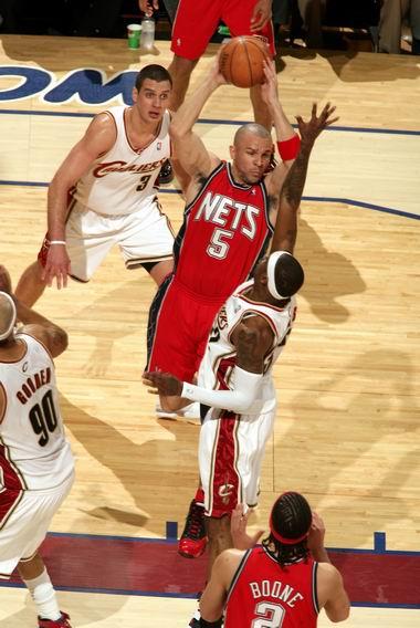 图文:[NBA]网VS骑士  基德传球