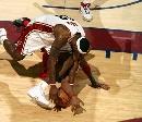 图文:[NBA]网VS骑士  詹姆斯倒地护球