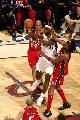 图文:[NBA]网VS骑士  詹姆斯分球