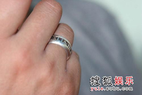 吉杰手上戴着Tiffany的戒指