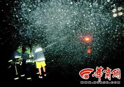 消防队员灭火时,空气中飘荡着碳黑的粉尘