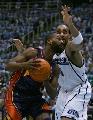 图文:[NBA]爵士vs勇士 戴维斯强行上篮