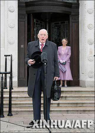 5月8日,北爱尔兰新教政党民主统一党领袖伊恩·佩斯利(左)抵达位于贝尔法斯特的议会大楼时发表讲话。新华社/法新