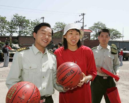 图文:女篮体验军旅生活 苗立杰与教官互换礼品