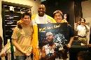图文:[NBA]莱斯造访中国 和球迷合影