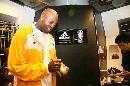 图文:[NBA]莱斯造访中国 为球鞋签名留念