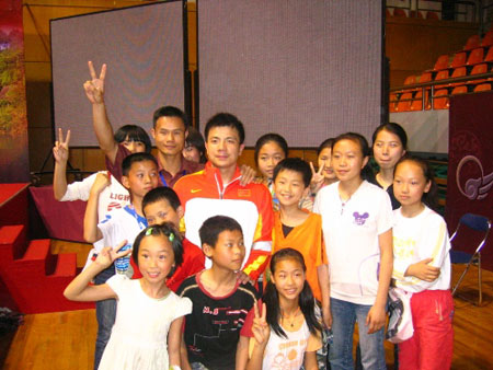 图文:男举奥运选拔60kg级 张湘祥与小朋友合影