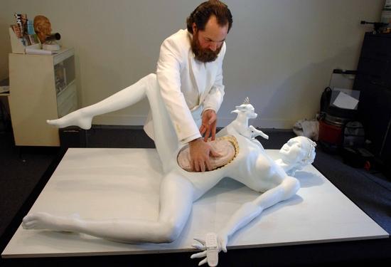帕里斯全身赤裸的躺在手术台上