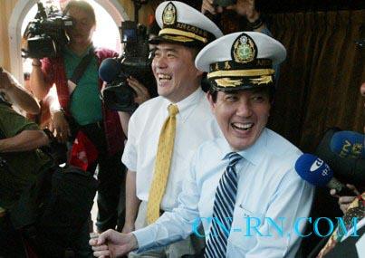 郝龙斌邀马英九明年就职当天,再度坐游船夜游淡水河。(中央社图)
