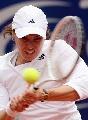 图文:WTA柏林公开赛第四日 辛吉斯反手回球
