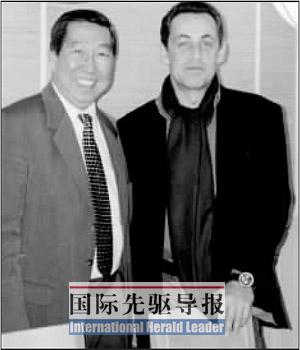 何福基(左)是萨科齐最信赖的华裔助手。本报记者 宋立东/摄