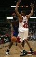 图文:[NBA]活塞胜公牛 布朗防守韦伯