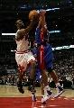 图文:[NBA]活塞胜公牛 邓上篮