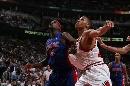 图文:[NBA]活塞胜公牛 韦伯和布朗较劲