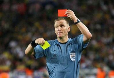 英超名哨宣布退役 世界杯上留离奇失误成为笑