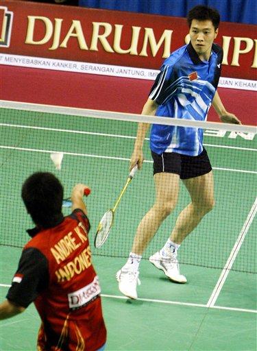 图文:印尼羽球赛1/4决赛 陈宏专注比赛