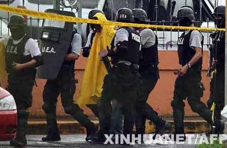 5月11日,哥斯达黎加警察将一名男子(穿黄色雨衣者)带出俄罗斯驻哥斯达黎加大使馆。据称,这名男子当天在哥首都圣何塞俄罗斯驻哥斯达黎加大使馆内扣押了数名人质。后来他向警方投降,人质平安获释。 新华社/法新