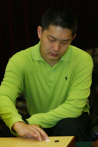 图文:围甲联赛首轮遇强敌李世石 常昊在比赛中