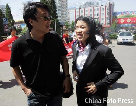 图文:乒乓球队出征世锦赛 王楠爱人前来送行