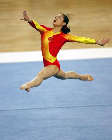 图文:全国体操冠军赛 程菲自由操轻盈优美