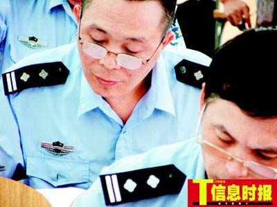 昨天在广州考场,2000多交警认真参加考试。黄亦民 摄