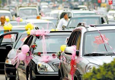 昨日,南滨路婚礼车队塞成一片记者 李化 摄
