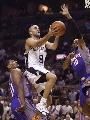 图文:[NBA]太阳VS马刺 帕克突破上篮