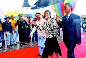 晓庆冒雨步入金色大厅。本报记者高科摄