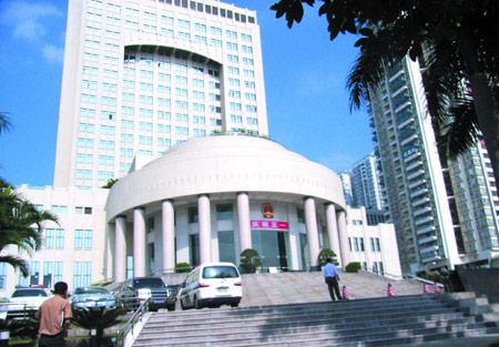 深圳中院的法官们突然发现法院门口变了样