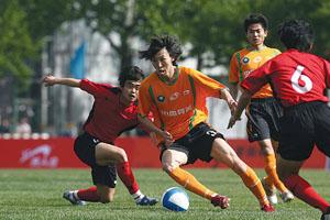在北理工首个主场比赛中,韩济光(中)打进一球