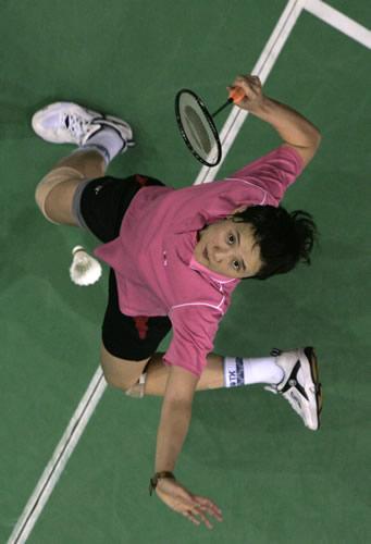 图文:印尼羽毛球超级系列赛 王晨拉开架势击球