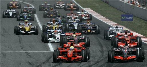 图文:[F1]西班牙站正赛 发车时并驾齐驱的场面