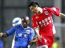 图文:[中超]上海3-2青岛 马丁斯争抢