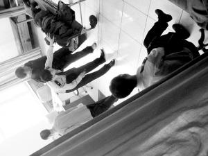 疑犯被送入医院对峙的窗口