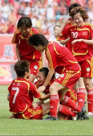 图文:[热身赛]女足5-2韩国 叠罗汉庆祝