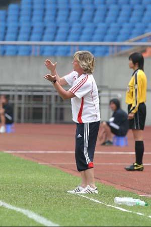 图文:[热身赛]女足5-2韩国 多曼指挥若定