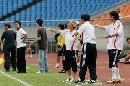 图文:[热身赛]女足5-2韩国 教练席一篇繁忙