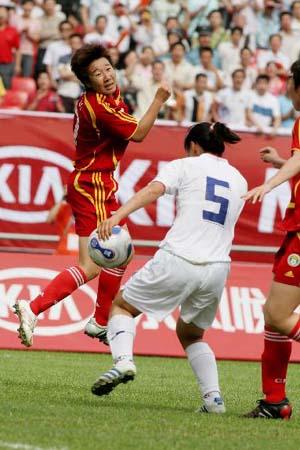 图文:[热身赛]女足5-2韩国 毕研争顶