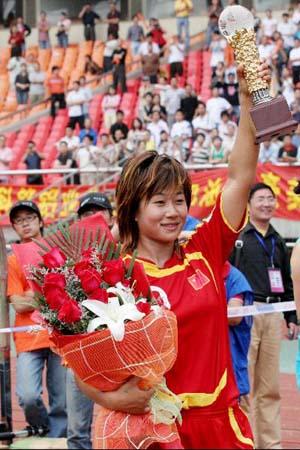 图文:[热身赛]女足5-2韩国 韩端高举奖杯